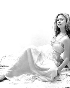 Here's a photoshoot of actress Julia Stiles from 2006 by Chrisian Witkin . Julia Stiles, I Believe In Angels, Mtv Movie Awards, Julia Roberts, Black And White Portraits, Gal Gadot, Beautiful Actresses, Movie Stars, Actors & Actresses