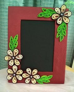 Photo Frame Paper Quilling Flowers, Paper Quilling Patterns, Quilled Paper Art, Quilling Craft, Hobbies And Crafts, Diy And Crafts, Paper Crafts, Quilling Photo Frames, Bees For Kids