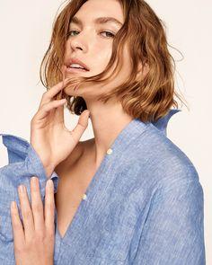 LINEN. THE NEW COOL. ゆったりしたシルエットがフェミ二ンな抜け感を演出。使うほどに肌になじんで、自分らしい着こなしになるリネンシャツ。リネンショップはこちら→  オーバーサイズ ボーイフレンドシャツ(リネン) ¥5,900