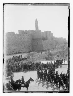 British troops on parade at Jaffa Gate in December 1917 after the capture of Jerusalem and occupation of southern Palestine - Battle of Jerusalem Palestine History, Jewish History, Anzac Day, World War One, British Army, Military History, Wwi, Jerusalem, Old Photos