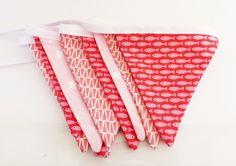 Guirlande fanion petite fille en tissus Poissons rouges et roses, étoiles et triangles : Décoration pour enfants par zig-et-zag