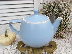 *süßes Altertümchen von Granny*  Ein hübsches Accessoire zur Küche der fifties.  Keramik aussen hellblau, innen cremweiß glasiert. Mit dem typschen feuerfesten Boden. Ausgießer noch ohne Anti -...