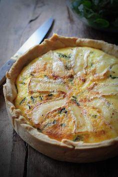 Quiche lardons camembert 250 g de farine, 120 g de beurre en dès et un peu mou; 1 œuf, 1 cc de sel, 2 cc de sucre, 4 cl d'eau froide Sabler tous les ingrédients ensemble sauf l'eau. Ajouter l'eau en dernier, fraiser la pâte 4 ou 5 fois avec la paume de la main afin qu'elle soit bien homogène, filmer la boule de pâte, l'aplatir et réserver au frais. 150 g crème fraîche, 50 g mascarpone, 2œufs, Ciboulette & persil, 100 g lardons, 1 oignon, 1 gousse d'ail, 1/2 camembert, Sel & poivre du moulin