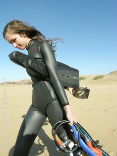 Erg Mooie Duiken Leuk 035701 Scuba Diving Equipment, Scuba Diving Gear, Swimming Diving, Scuba Bcd, Diving Suit, Women's Diving, Diving Wetsuits, Scuba Girl, Womens Wetsuit