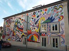 Mural em azulejo da artista plástica Joana Vasconcelos no centro do Porto. Com cerca de 20 metros de comprimento, o mural com cerca de oito mil azulejos pintados à mão cobre a fachada de um edifício localizado no Largo Moinho de Vento, na zona dos Clérigos.