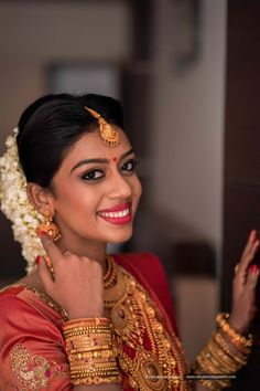 Those gorgeous traditional jewellery perfectly compliments her wedding outfits! Indian Bridal Outfits, Indian Bridal Wear, Wedding Outfits, South Indian Wedding Saree, South Indian Bride, Best Bridal Makeup, Bridal Beauty, Kerala Hindu Bride, Indian Wedding Photography Poses