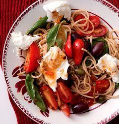 Wholewheat spaghetti tossed with sun-ripened tomatoes, fresh basil and silky mozzarella Basil Recipes, New Recipes, Favorite Recipes, Healthy Recipes, Healthy Meals, Healthy Food, Dinner Recipes, Whole Wheat Spaghetti, Essen