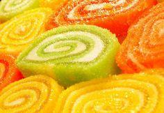 Doce colorido também faz parte da boa alimentação. Pedaços de rocamboles