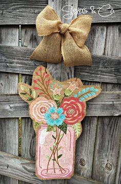 Spring Bouquet Mason Jar burlap door hanger by Severs & Co. Jars available in pink, blue, or green. Visit us at www.facebook.com/seversandco for ordering. $40+shipping. Burlap Projects, Burlap Crafts, Diy And Crafts, Canvas Door Hanger, Burlap Door Hangers, Burlap Mason Jars, Mason Jar Diy, Pink Light, Pale Pink