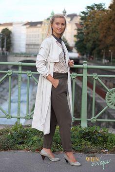 WIEN EN VOGUE - trenchoat beige, khaki trousers, polka dots, grey shoes