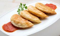 Empanadillas de bonito. Receta de Karlos Arguiñano de empanadillas de bonito, aceitunas, pimiento y cebolleta con salsa de tomate casera. #empanadillas #bonito #receta