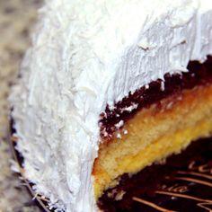 Bolo Bruna: Bolo de baunilha e bolo de chocolate, recheado com baba de moça e doce de leite.  Cobertura de marshmelow e flocos de coco.  #DiNorma #love #cake #pavê #fotododia