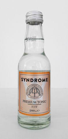 Es ist schon eine Weile her, dass wir das Syndrome Premium Indian Tonic verkostet hatten. Von unserem Belgien-Trip hatten wir das Syndrome Premium Tonic Raw mitgebracht. Erst zu Hause stellten wir fest, dass es mit obigem verlinkten Premium Indian Tonic identisch ist. Doch so ganz dasselbe scheint es nicht zu sein. In der Verkostung zeigten sich Unterschiede zu der ehemaligen Verkostungsnotiz. ... Tonic Water, Gin And Tonic, Beer Bottle, Whiskey Bottle, Liquor, Beverages, Bottles, Cocktails, Alcohol