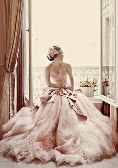 Das #Hochzeitskleid muss nicht immer weiß sein, in pastell sieht es zumindest hier klasse aus!