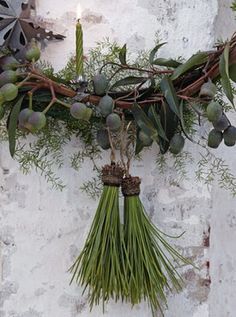 holly and the ivy Pine Tassels - pine needles glued into an acorn cap and hung from a wreath! How clever!Pine Tassels - pine needles glued into an acorn cap and hung from a wreath! How clever! Natural Christmas, Noel Christmas, Green Christmas, Rustic Christmas, All Things Christmas, Winter Christmas, Christmas Ornaments, French Christmas, Beautiful Christmas