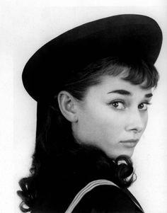 Audrey Hepburn   Audrey Hepburn: La efigie del cine y el estilo.   Bossa