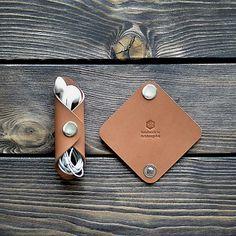 Porte-clés fabriqué à partir d'une seule pièce de cuir, tannage végétal. Peut contenir jusqu'à 10 clés.