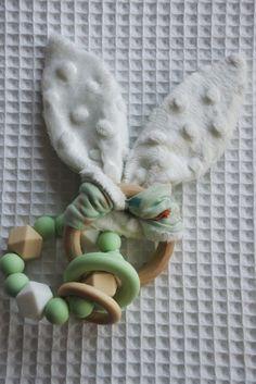 Knipperende konijnen oortjes met bijtring van hout en silicone