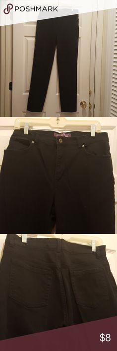 Gloria Vanderbilt Jeans Black sz10 These Black Gloria Vanderbilt Jeans are in good to excellent used condition. Any questions? Gloria Vanderbilt Jeans