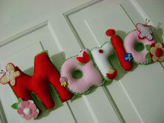 Maria! *__* Christmas Stockings, Christmas Ornaments, Felt Letters, Feelings, Holiday Decor, Board, Crafts, Needlepoint Christmas Stockings, Manualidades
