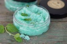 Kookoksen, mintun ja sokerin yhdistelmä tekee ihosta pehmeän ja raikkaan!Tarvitset;0,5 dl sokeria1/4 dl Neitsytkookosöljyä (luomu)Muutama tippa...