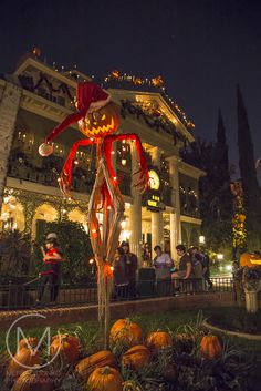 Tips and Tricks on Surviving a Visit to Disneyland Disney World Halloween, Disneyland Halloween, Spooky Halloween, Fete Halloween, Halloween Season, Halloween 2020, Happy Halloween, Halloween Decorations, Family Halloween