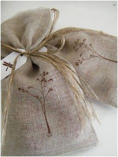 sachet de lavande Lavender Crafts, Lavender Bags, Lavender Sachets, Beauty And More, Sewing Crafts, Sewing Projects, Scented Sachets, Shades Of Beige, Wedding Favor Bags