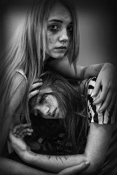 """""""Wo sie jetzt auch immer ist ... ich weiß, dass es ihr besser gehen wird als hier, Amber."""" Jade blickte mich voller Trauer an, ihr Eyeliner rannte ihr übers Gesicht. """"Ihre Seele wird dorthin kommen, was sie sich selbst prophezeit hat.Sie wird nun aus ihrer Illusion befreit sein. Wir sitzen noch in ihr."""""""