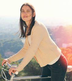 Inspiriert von der Rahmengeometrie der italienischen Giro d'Italia Rennräder der 70er sind unsere YIWU Modelle eine Hommage an alle, die es gerne minimalistisch und schnell mögen.   Unsere YIWU Bikes sind um einen hochwertigen, handgefertigten Stahlrahmen mit gemufften Gabeln gebaut. Die 8-Gang Shimano Schaltung erlaubt maximale Flexibilität im Stadtverkehr, wobei renommierte Qualitätskomponenten für hohe Sicherheit und Komfort sorgen. Unisex, Komfort, Bicycles, Turtle Neck, City, Sweaters, Fashion, Veils, Italia