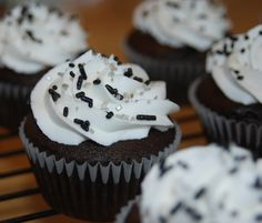 Cupcakes in White Sox team colors for son's end-of-season party