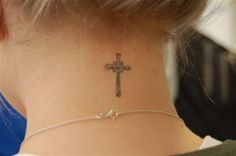 Tatuering nacke kors