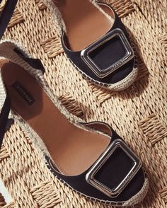 Favorite summer sandals ever! 🖤🖤🖤 Para quem pediu para ver de pertinho a sandália que eu estava usando no último look, é essa da @uterqueofficial ✨😍 . . . . . . . . . . #fashion #shoes #myfavorite #fashionshoes #summerfashion #summer #stylish #trends #trendalert #fashiontrends #musthave #top #style #stylegram #styleblogger #blogger #bloggerstyle #blogdemoda #fashionista #fashionblog #luxo #fashiongram #instafashion #fashionist #chic #fashionitem #loveit #uterque #glamour
