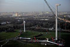 Auf dem Foto wird gerade unsere Windkraftanlage auf dem Energieberg in Georgswerder gebaut. Weitere Infos zum Thema Windkraft bei HAMBURG ENERGIE hier: http://hamburgenergie.de/privatkunden/energieerzeugung/windkraft/ #hamburg #energieberg #georgswerder #windkraft #windenergie #windkraftanlage
