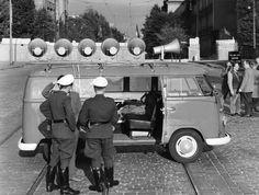 Arbeitsplatz auf Rädern: Polizisten inspizieren das Innere eines der mobilen SaS-Studios. Die Redakteure, die ihre Sendung live im Auto einsprachen, waren bei der Arbeit durchaus der Gefahr gewaltsamer Reaktionen ausgesetzt - auch wenn manche der Wagen durch Gitter vor den Fenstern notdürftig geschützt waren. Zu Schüssen auf SaS-Mitarbeiter kam es jedoch nie. (Foto: ullstein bild - Berlin-Bild)