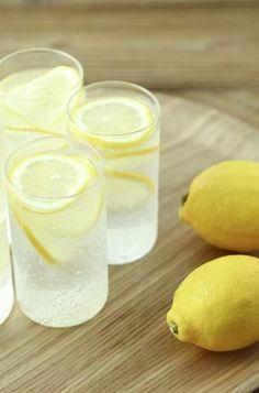 Woda z cytryną i kurkumą wspierają proces odchudzania Smoothie Detox, Smoothies, Diet Drinks, What You Eat, Food And Drink, Cocktails, Fruit, Cooking, Health