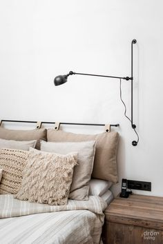 The headboard is the essential element to give style to the bedroom. But it is not always easy to find the one that will suit your bed! Are you lacking inspiration? I have selected 40 ideas for a headboard for you. DIY, diversion, or … Home Bedroom, Modern Bedroom, Bedroom Decor, Peaceful Bedroom, Bedrooms, Trendy Bedroom, Bedroom Wall, Wall Decor, Wall Art