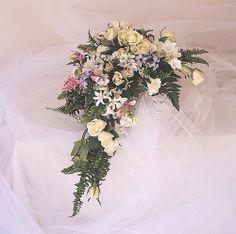 Ramo de novia con nerrines, phlox, rosas, y freesias   Bourguignon Floristas #weddingbouquet #bridalbouquet #weddingflowers #novias