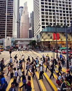 Central streetcrossing #hk #cityscape #travel #streetphotography #travelphotography (à Central Hong Kong)