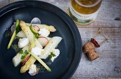 Spargelsalat Sous Vide mit Ziegenfrischkäse, Radieschen, Avocado & Senfdressing. Prisecco Cuvée Nr. 16 von Manufaktur Jörg Geiger