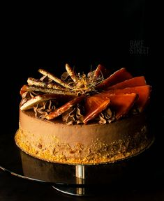 Dobos Torte, traditional cake of Hungarian confectionery. Made with several layers of sponge cake soaked with syrup, filled with moka cream and caramel. Chocolate Bourbon, White Icing, Traditional Cakes, Sponge Cake, Confectionery, No Bake Cake, Cake Recipes, Caramel, Gastronomia