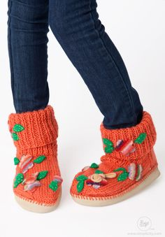 Learn how to Knit these artsy felted flower slipper socks bursting with texture and comfort! Free knitting patterns at simplicity.com! #Crocheting #Boye #FreeProject #DIY #Simplicity