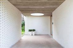 Het betonnen plafond creëert rust en werkt geluidsdempend.