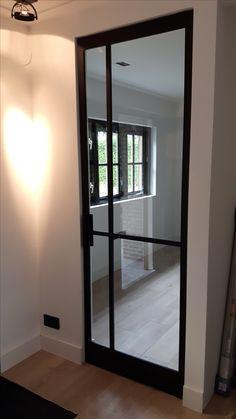 Stalen taatsdeur met ongelijke vlakverdeling paneel. Geproduceerd en geplaatst door Mijn Stalen Deur.
