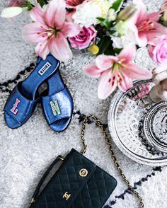 "1,204 aprecieri, 41 comentarii - LAURA NOLTEMEYER (@designdschungel) pe Instagram: ""PERSONALIZED💕🌸💙 So in love with my new metallic blue #diy initialized slippers💕💙 Shop them and my…"""