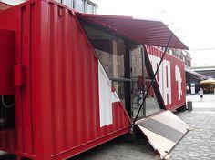 Tienda de puma cuya fachada es un container de carga. Alejandro Jiménez