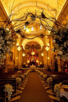 Decoración floral de aleli y rosas en la hermosa Iglesia de Tercera Orden en Yucatán. Boda organizada por Six Sens.