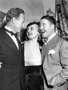Leslie Howard, Carole Lombard and Jack Oakie at a party given for Mary Pickford at the home of Gary Cooper, 1933 Hooray For Hollywood, Golden Age Of Hollywood, Classic Hollywood, Old Hollywood, Classic Actresses, Classic Movies, Actor Secundario, Leslie Howard, Mary Pickford