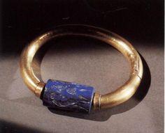 Shoshenq II - bracelet with cylinder seal. Gold and lapis lazuli 7.7cm
