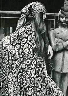 The British recreated Indian mango motifs in the town of Paisley, Scotland and henceforth the pattern was popularly known as paisley Hippie Man, Hippie Chic, Bohemian Style, Boho Chic, Hippie Life, 70s Fashion, Fashion History, Fashion Photo, Vintage Fashion