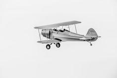 Doppeldecker vom Typ Kiebitz #02 – Reine Funktion und dennoch – oder gerade deshalb von besonderer Ästhetik. Vergangene Luftfahrtromantik in Schwarz/Weiß. 2014, PP | © www.piqt.de | #PIQT